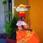 donna colombiana in abiti tradizionali a Cartagena de Indias